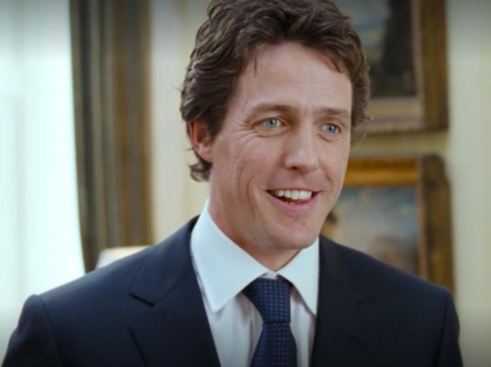 Hugh Grant wcielił się w rolę uroczego premiera Wielkiej Brytanii, który zakochał się w jednej ze swoich pracownic
