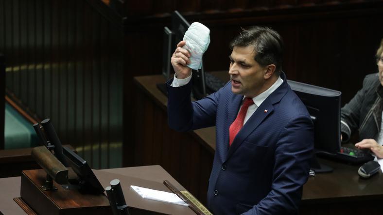 Piotr Kaleta (PiS) przyniósł na mównicę pieluchę