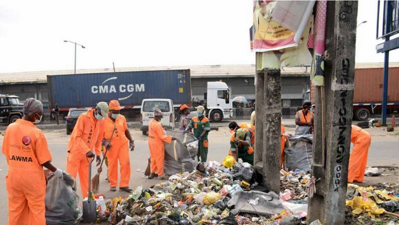 Lagos street sweepers at work (Nigeria World)