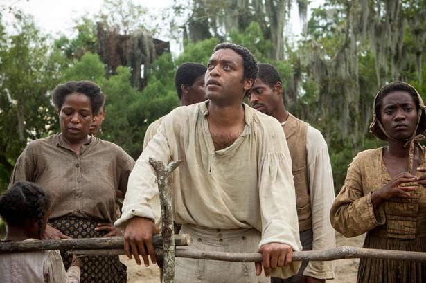 """Nawet wolny czarnoskóry nie mógł czuć się bezpieczny – zawsze mógł zostać uprowadzony i sprzedany do niewoli. Kadr z filmu """"Zniewolony. 12 Years a Slave"""""""