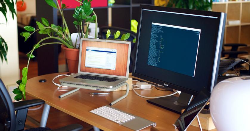 Długopis, notes i podstawka pod laptopa to za mało, by przetrwać w korpracji