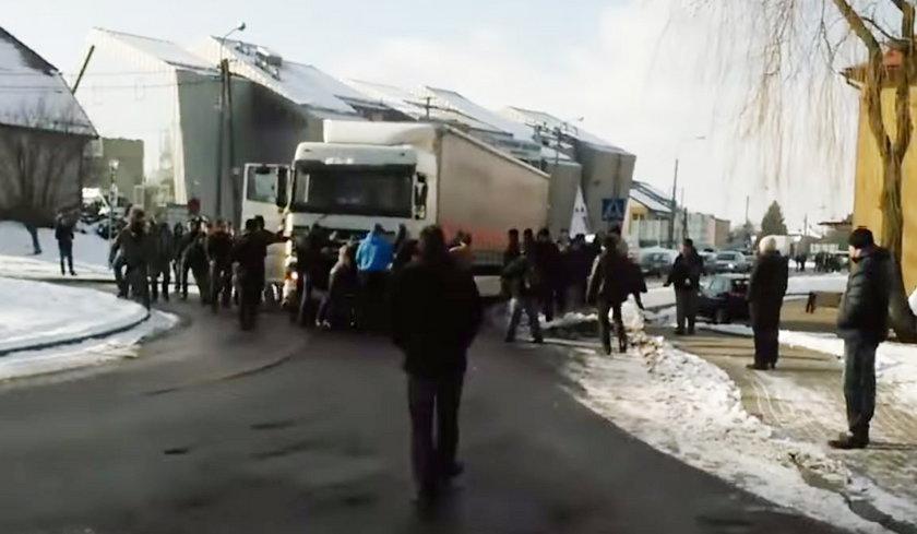 Pawłowice. Górnicy blokują przejazd tira