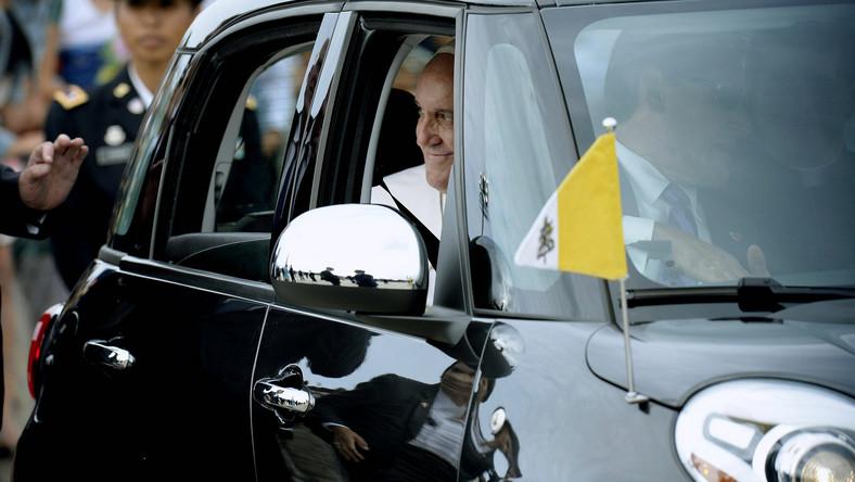 """""""Boli mnie serce, gdy widzę księdza lub zakonnice w najnowszym modelu samochodu"""" - mówił niedawno papież Franciszek księżom i zakonnicom. """"Samochody są potrzebne. Ale wybierajcie skromniejsze modele. Pomyślcie o dzieciach umierających z głodu i zaoszczędzone pieniądze przekażcie im"""" - stwierdził papież Franciszek. Ojciec Święty swoje słowa podpiera własnymi czynami - jednym z przykładów może być niedrogi fiat, którym podróżował w czasie wizyty w USA..."""