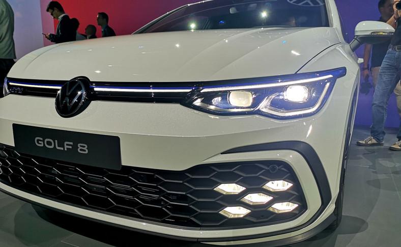 Volkswagen będzie oferował nowego Golfa z trzema rodzajami reflektorów LED. W wersji najbogatszej po raz pierwszy w samochodzie klasy kompaktowej pojawią się IQ.LIGHT – mocne matrycowe reflektory LED znane m.in. z Touarega czy Passata. Moduły obu reflektorów obejmują po 22 diody, dzięki którym można aktywować – zależnie od wersji auta – do 10 różnych funkcji, niektóre z nich przypominają animację