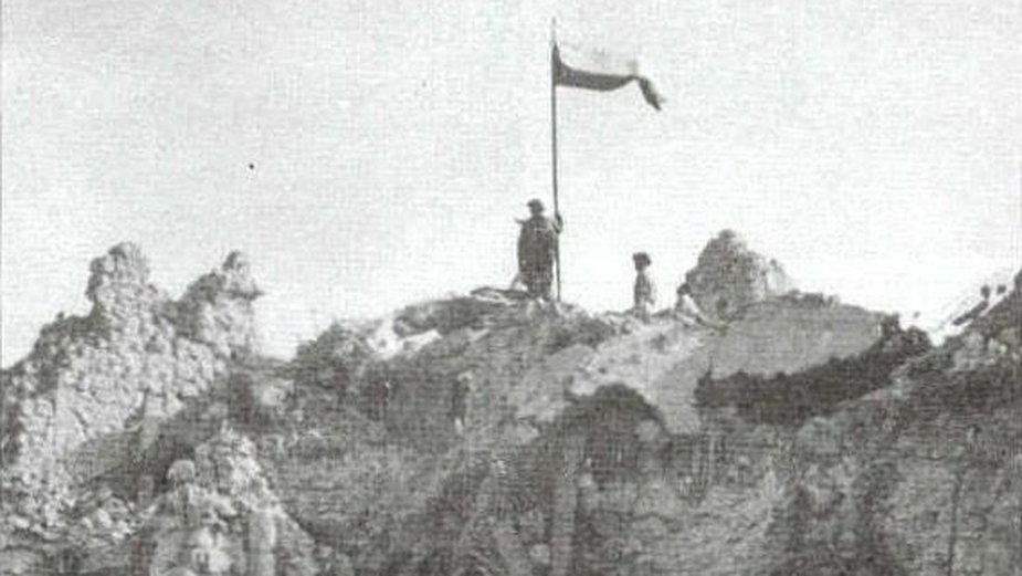 Polska flaga na Monte Cassino (domena publiczna).