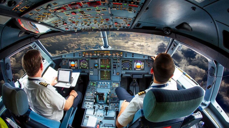 """Jak wygląda praca w kabinie samolotu? Fragment książki Jana Pelczara """"Lecę. Piloci mi to powiedzieli"""""""