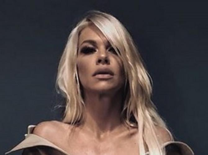 Nataša je na golo telo obukla KULTNI KOMAD bez kog ne možemo da zamislimo jesen: Sigurno i vama sličan VISI U ORMARU!
