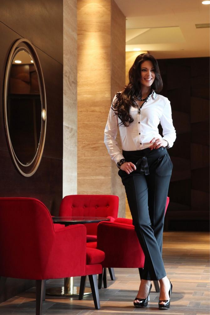Nina u elegantnoj odeći