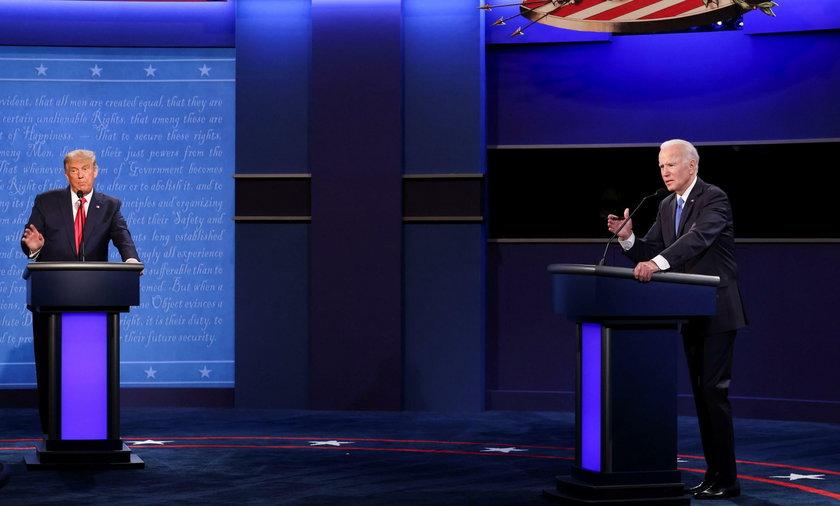 Na zdjęciu od lewej: Donald Trump i Joe Biden w trakcie drugiej prezydenckiej debaty.