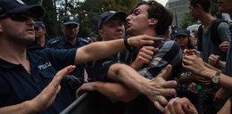 Policjanci pod Sejmem łamali prawo. Jak to?!