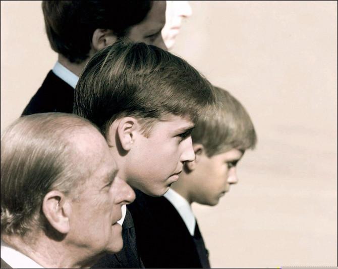 Princ Filip sa unucima na Dajaninoj sahrani