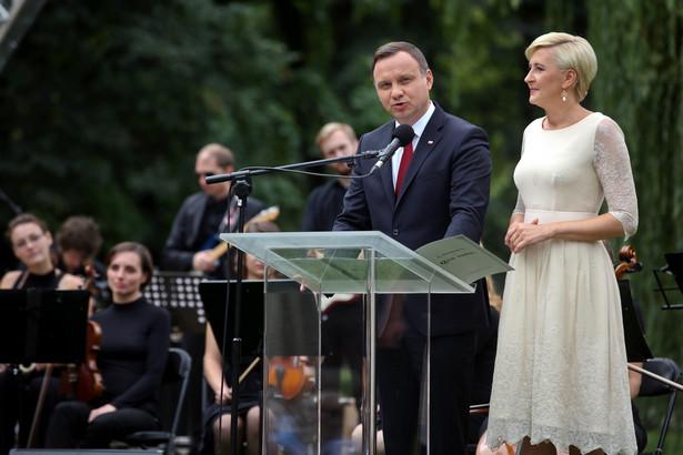 """Prezydent Andrzej Duda z małżonką rozpoczęli akcję Narodowe Czytanie """"Quo vadis"""" Henryka Sienkiewicza."""