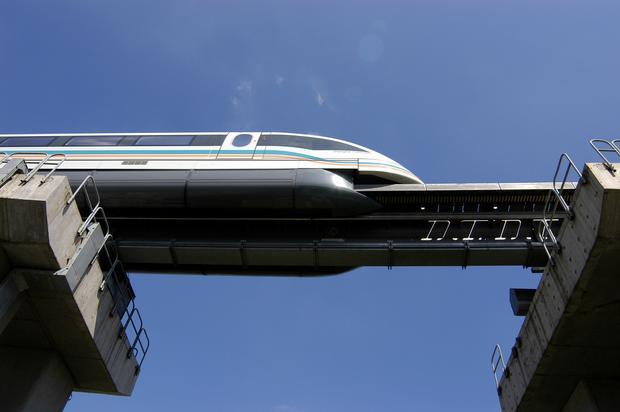 """Pociąg w technologii EMS - wyraźnie widać, jak """"obejmuje"""" on tor"""