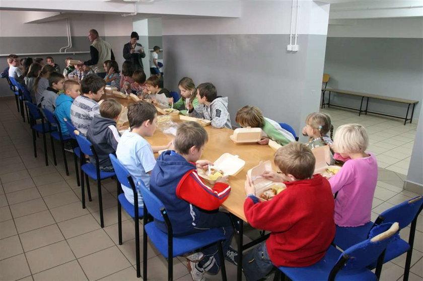 Absurd! Dzieci jedzą w piwnicy, bo dorośli się kłócą