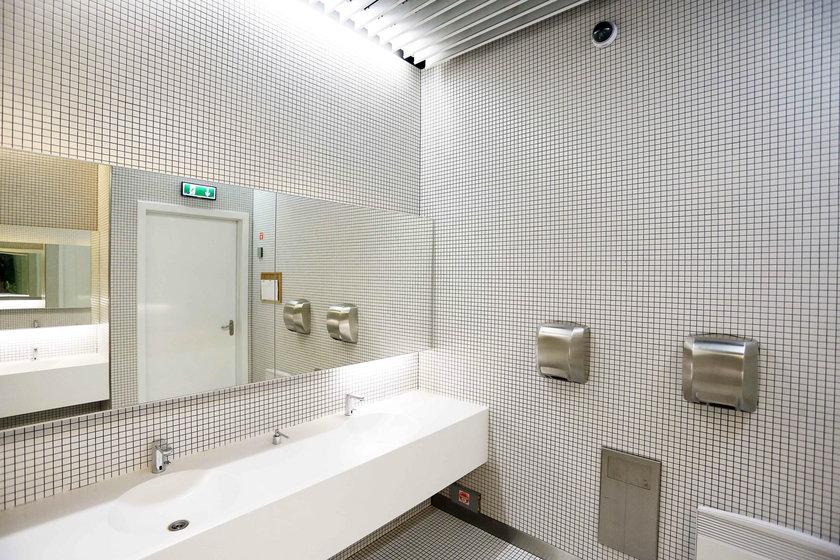 Pomieszczenie z umywalkami objęte monitoringiem