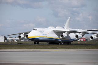 W Warszawie wylądował największy samolot świata ze sprzętem medycznym z Chin