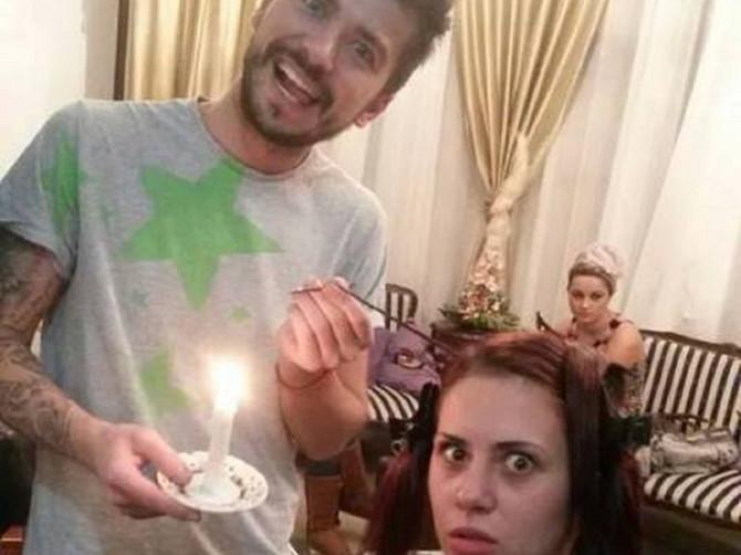 Šapčanin sa svećom: On spaljuje kosu ženama iz celog sveta, a one mu za to plaćaju