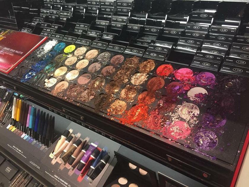 Dziecko zdewastowało zestaw do makijażu w popularnej drogerii