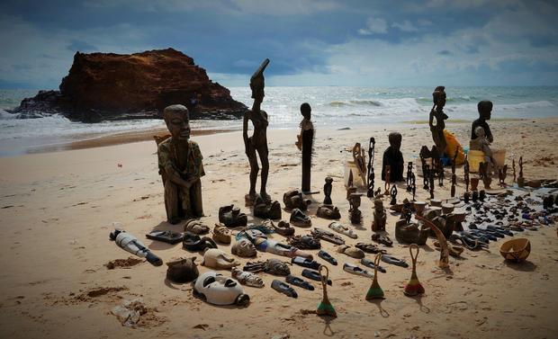 Mistycyzm senegalski. Figurki na plażach w Toubab Dialaw