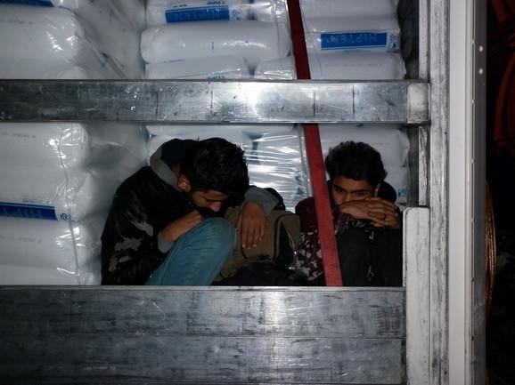 Carinici tokom 12 sati otkrili 27 skrivenih migranata