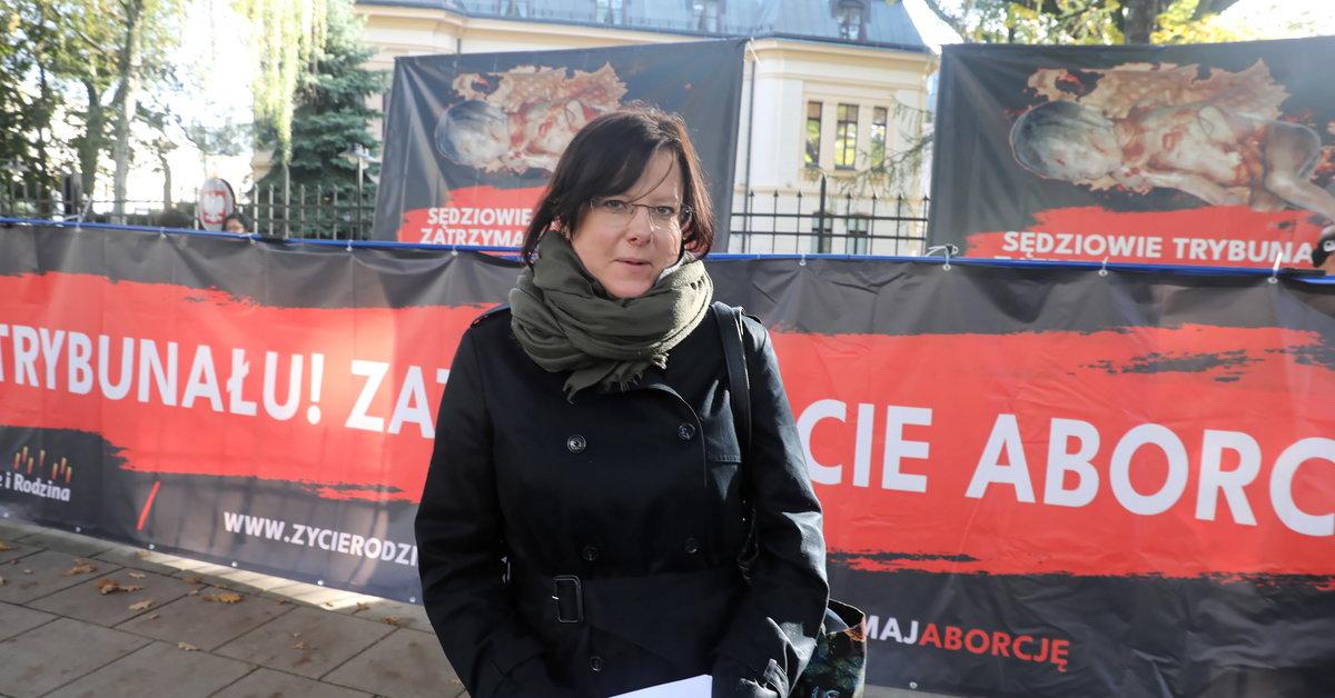 Koronawirus. Kaja Godek w koronkowej maseczce na procesie w sądzie - Warszawa