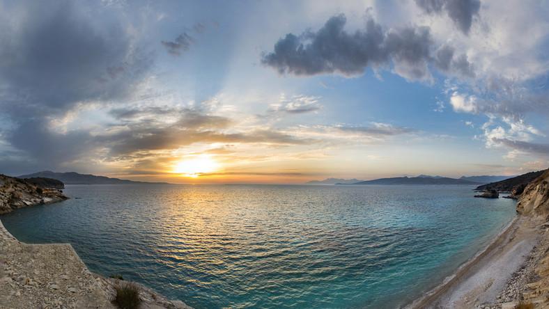 Zachód słońca w Albanii nad Morzem Jońskim