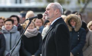 Macierewicz: Stołeczny garnizon ma obowiązek strzec popiersia Lecha Kaczyńskiego