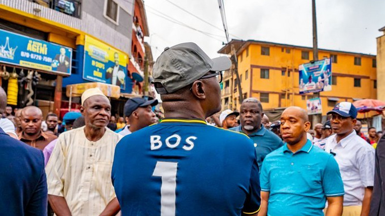Gov Sanwo-Olu during a tour of communities in Lagos Island for first hand assessment of roads, drainage and other infrastructural facilities in line with plans for urban regeneration and renewal, January 11, 2019 (Lagos govt)