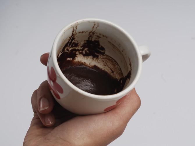 Zabodite prst u šolju kafe i pogledajte: Ako unutra vidite ovaj OŠTAR PREDMET, čeka vas PAKLENI KRAJ LETA