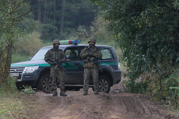 Straż graniczna i wojsko na polsko-białoruskiej granicy w pobliżu miejscowości Usnarz Górny