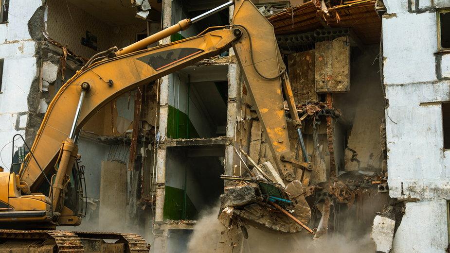 Koparka łatwo może zamienić budynek w kupę gruzu (zdj. ilustracyjne)