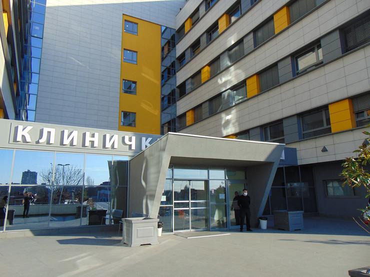 NIS07 Zgrada novog Klinickog centra u Nisu obezbedjenje KC nis sa maskom na licu foto Branko Janackovic