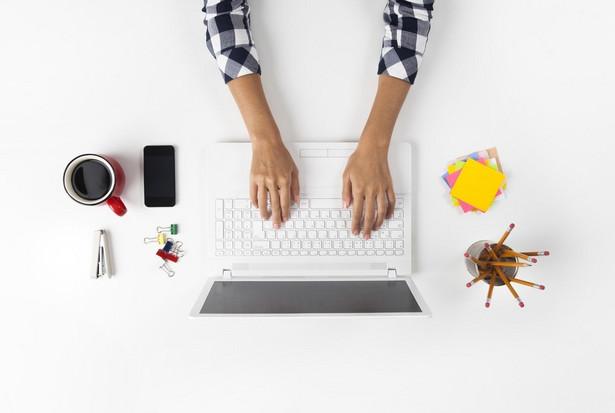 """Bywa, że pracując z domu czegoś nam brakuje, dlatego część z nas pracę zdalną wybiera jako pracę """"na drugi etat"""". Jeśli tylko jesteśmy mistrzami organizacji, uda się pogodzić etat z dorywczą pracą zdalną. Taki model także ma swoich zwolenników. Decydując się na home office, warto przemyśleć, czy potrafimy zapanować nad organizacją czasu, ale i przestrzeni domowej. Warto pamiętać, że praca zdalna nie musi stanowić pełnego wymiaru godzin – czasem to dwa tygodnie w miesiącu, czasem 1-2 dni poza firmą w tygodniu. W domu możemy wykonywać także dodatkowe zlecenia. Idealnie dopasowany home office może być źródłem zawodowej satysfakcji. Jeśli jednak nie dopasujemy go do naszego stylu życia i pracy, nie sprawdzi się."""