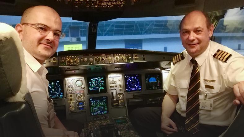 Od lewej: Marcin Walków i kapitan Martin Ross w symulatorze Airbusa A330 w Emirates Aviation College w Dubaju