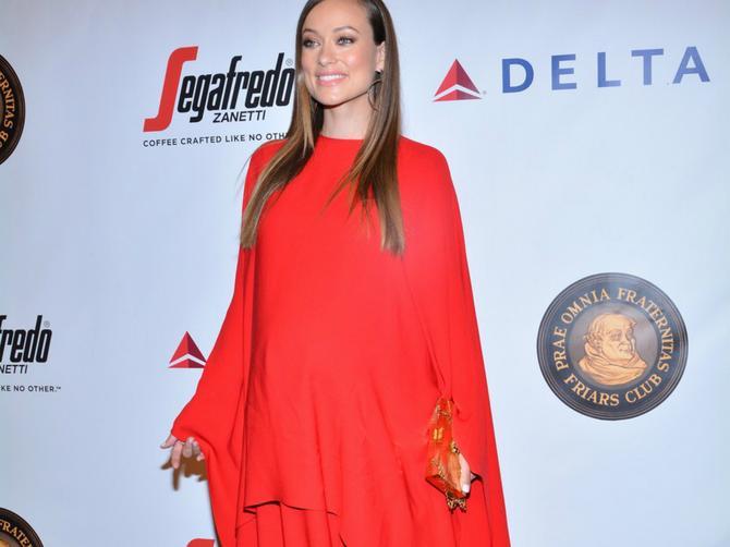 Neodoljiva trudnica: U vatrenocrvenoj haljini i vrtoglavim štiklama ona naprosto blista!