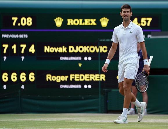 Novak Đoković na kraju vimbldonskog finala 2019. protiv Federera