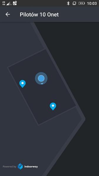 Niebieskie kółko ze strzałką to ja, siedzący przy biurku