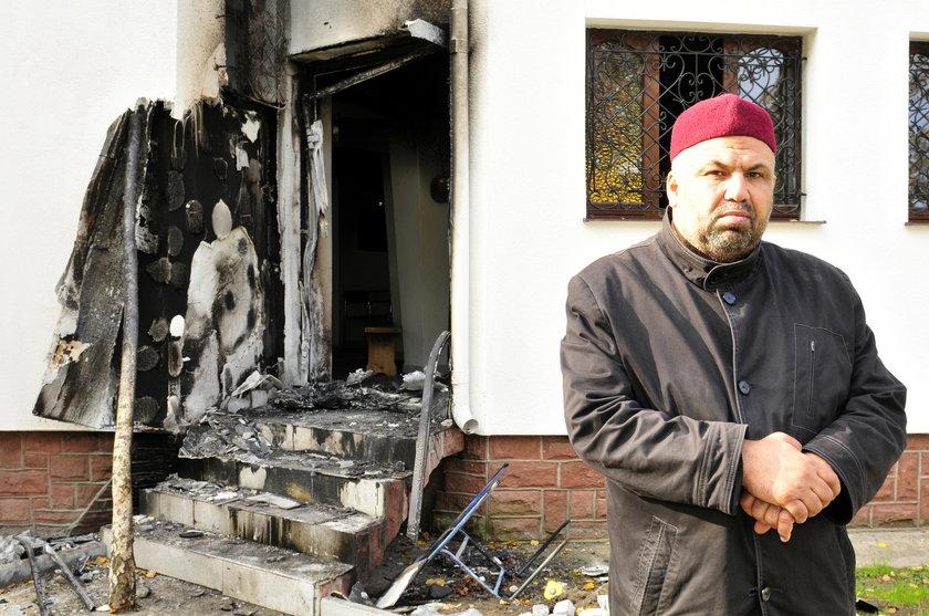 Imam przed spalonym meczetem