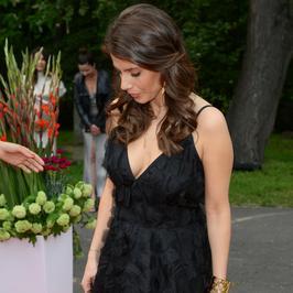 Weronika Rosati kusi dekoltem na gali. Czerń do niej pasuje?