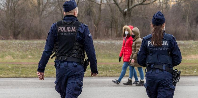 Policjanci nie dają żadnej taryfy ulgowej. Tylko jednego dnia wystawili ponad 4,6 tys. mandatów za brak maseczek!