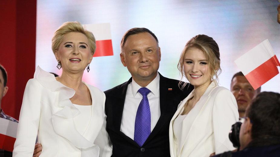 Para prezydencka z córką King a podczas wieczoru wyborczego w Pułtusku.  12.07.2020 r.