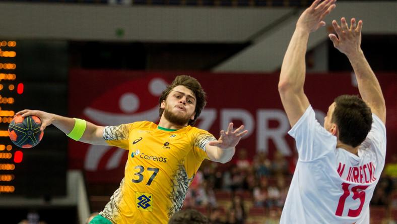 Zawodnik reprezentacji Polski Michał Jurecki (P) broni dostępu do bramki przez Brazylijczykiem Hanielem Langaro (L) podczas meczu towarzyskiego turnieju w piłce ręcznej mężczyzn, rozgrywanego w katowickim Spodku