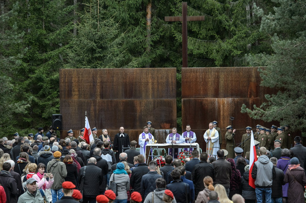 Do Lasu Katyńskiego, po nocnym locie z Warszawy do Moskwy i dalszej podróży autokarami, w poniedziałek nad ranem dotarła ponad 100-osobowa polska delegacja