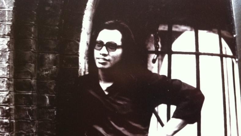 Debiutancka płyta Sixto Rodrigueza w USA okazała się jednak fiaskiem. Kilka lat później pirackie kopie jego albumu trafiły do podzielonej apartheidem Republiki Południowej Afryki.