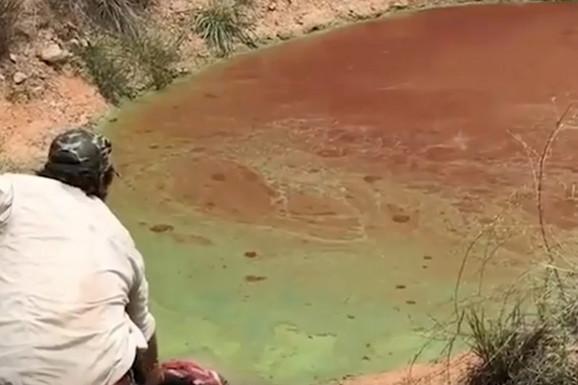 Čoveče NE IZAZIVAJ sudbinu! Prišao je jezeru sa parčetom mesa, a iz vode je IZLETELA ZVER (VIDEO)