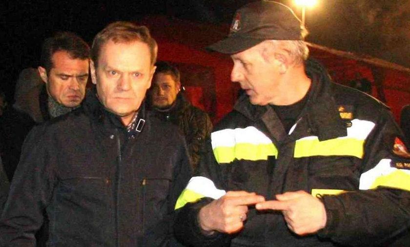 Donald Tusk na miejscu katastrofy