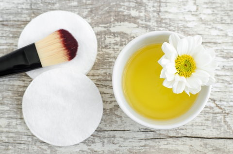 Olive oil cleans makeup brushes adequately [Credit: North America oil association]