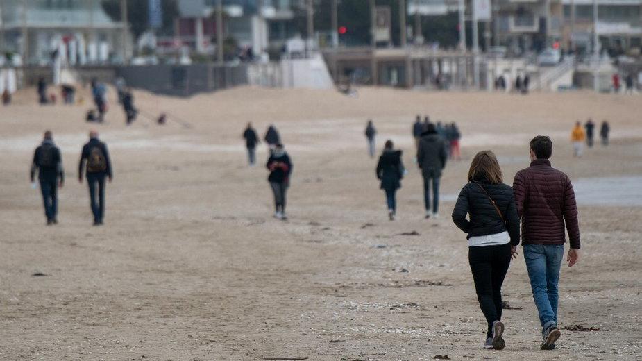 Spacer na plaży w La Baule (zdjęcie ilustracyjne)