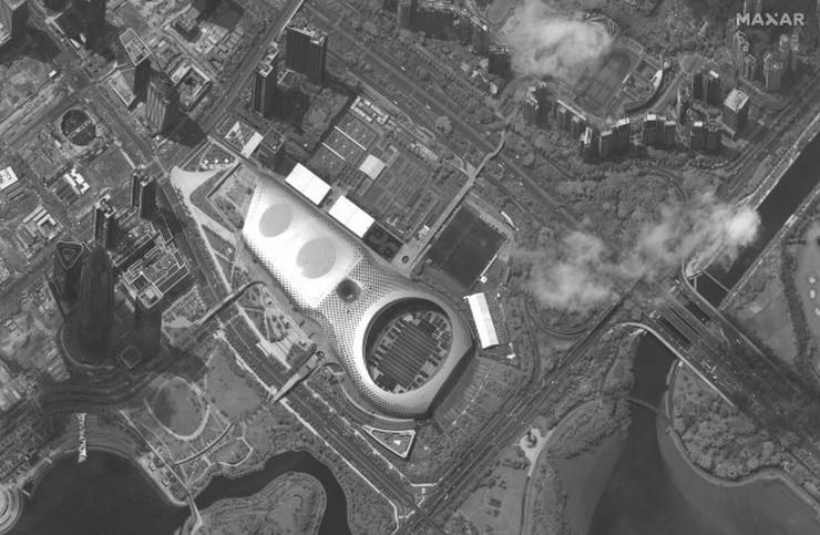 Kineski tenkovi i oklopna vozila smešteni na stadionu