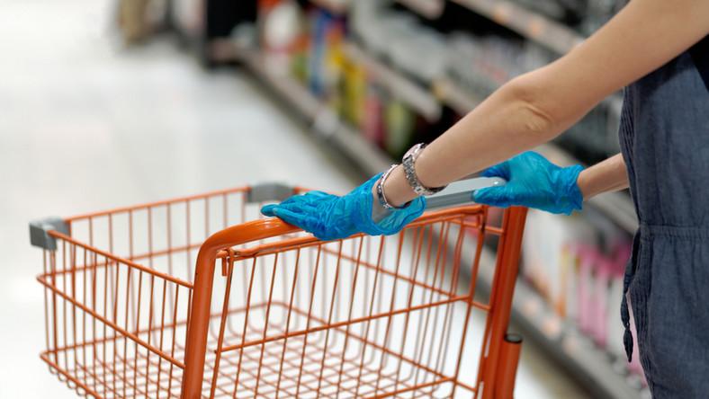 sklep koronawirus rękawiczki zakupy klient fot. shutterstock